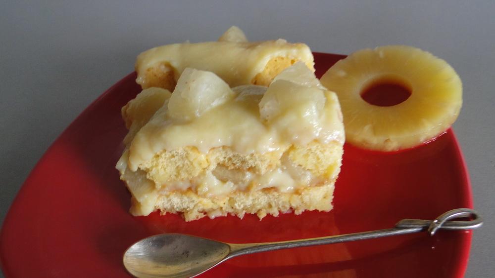 Tort cu piscoturi, crema de vanilie si ananas