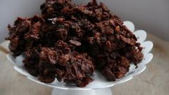 Bomboane crocante cu ciocolata, merisoare si fulgi de porumb