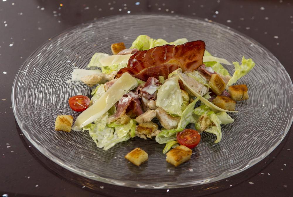 Salata Caesar cu bacon si gratar de pui