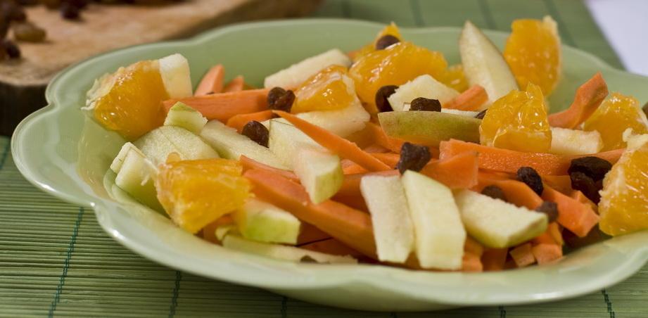 Salata de fructe cu morcovi si castraveti