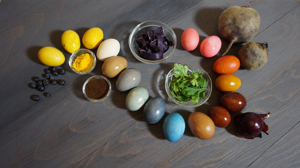 Oua vopsite cu legume si fructe