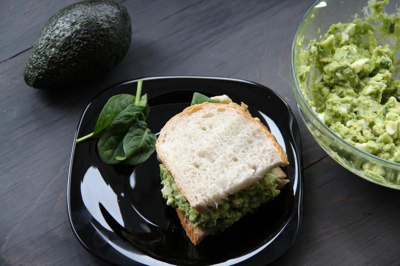 Sandwich cu salata, avocado si ou fiert